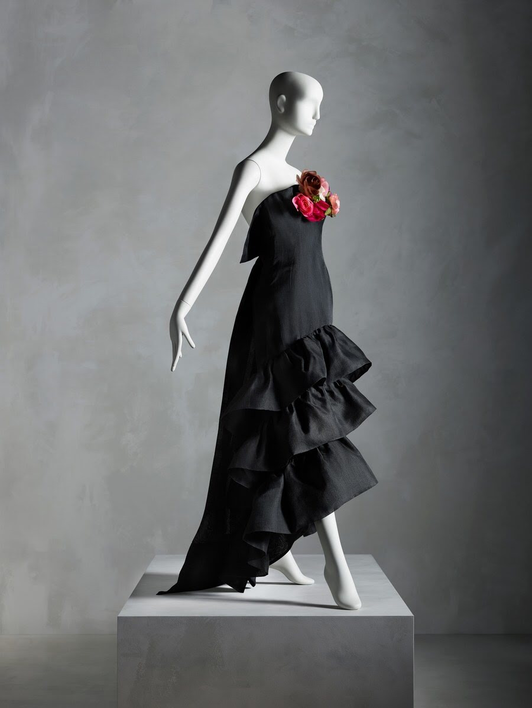 Evening Dress, Cristóbal Balenciaga for House of Balenciaga , summer 1961; gift of Sandy Schreier. Photo: Nicholas Alan Cope, © The Metropolitan Museum of Art