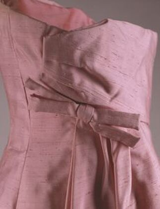 The back detail of bodice of Jackie Kennedy´s pink silk Shantung strapless gown featuring stiff Kabuki styled bow, designed by Guy Dovier , for the state dinner honoring Andre Malraux, The French Minister of Culture, 11 May 1962, White House, Washington
